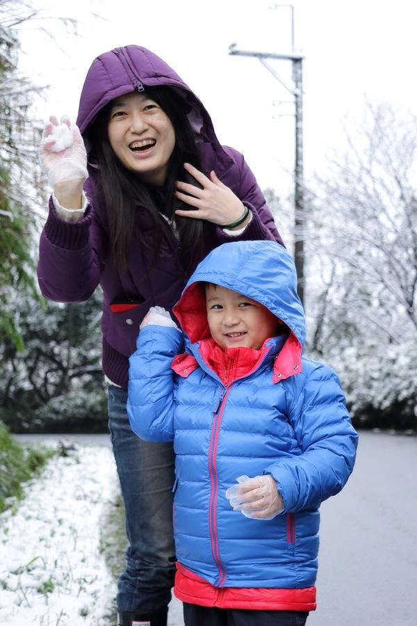 "Jeremy Wu: ""我們家小鬼的玩雪初體驗-  「好冰哦,媽媽換妳拿」....."" on DIITU Communities ""看雪不用出國,台灣下雪了!"". From https://communities.diitu.com/post/-145378147386934"