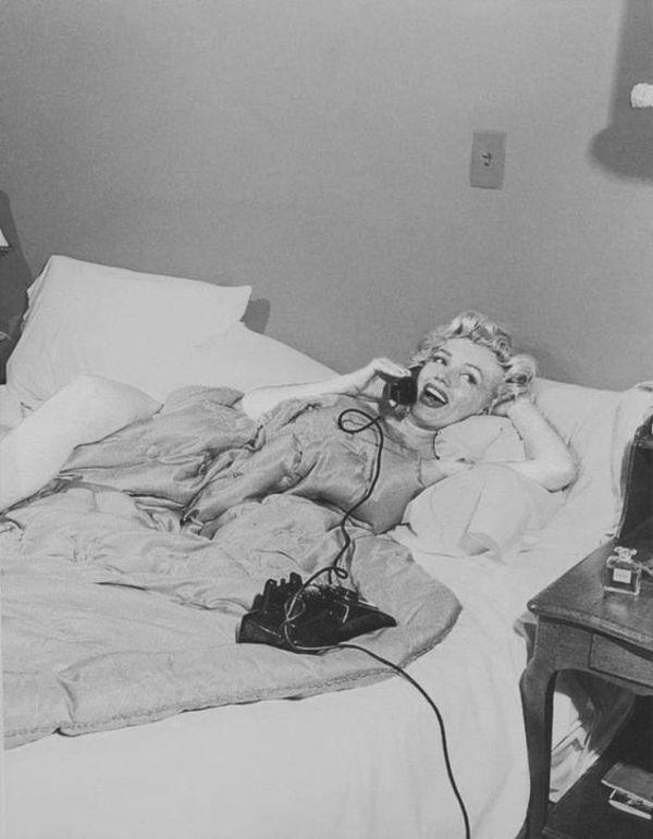 """Jill Lowe: """"Marilyn Monroe in bed. Photo by Bob Beerman, 1952."""" on DIITU Communities """"CHANEL N°5"""". From https://communities.diitu.com/post/-145387948776649"""