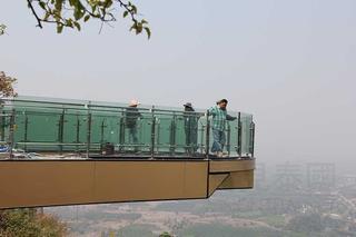 泰國首座玻璃天橋3月底開放!感覺好可怕呀........
