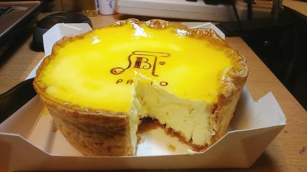 "kenquuqu: ""紅了很久的pablo生起司蛋糕 終於在人潮比較退燒後買到(其實是我自己不想排隊拉) 沒有吃過日本的所以無法比較 就用自己感受去形容囉:) 剛切開時就覺得~~咦~~~不是餅乾皮嗎 原來是像蛋塔那樣的外皮 一層一層的,很特別 切開之後原本以為真的會流汁 不過沒有.... 大概是因 ..."" on DIITU Communities ""台北吃美食的女孩"". From https://communities.diitu.com/post/%E6%97%A5%E6%9C%ACPablo%E5%8D%8A%E7%86%9F%E8%B5%B7%E5%8F%B8%E8%9B%8B%E7%B3%95-146253821097013"