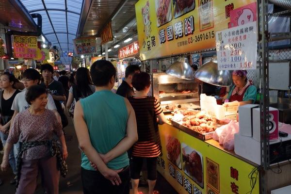 """Jeremy Wu: """"你能想像6000坪/共600個攤位的夜市有多大嗎?來八德的興仁夜市看看吧!  佔地六千坪,共六百格攤位(六六大順?)的夜市,真的是有逛不完的fu啦!最棒的是,它還將美食區與遊樂區切開,讓你覓食時可以不受甘擾的在各種香味間決擇,也讓小孩們玩的空間更大了!也不必擔心被來往遊客手中的熱食燙傷囉!   ..."""" on DIITU Communities """"台灣夜市/老街美食"""". From https://communities.diitu.com/post/%E5%8C%97%E5%8F%B0%E7%81%A3%E6%9C%80%E5%A4%A7%E7%9A%84-%E8%88%88%E4%BB%81%E8%8A%B1%E5%9C%92%E5%A4%9C%E5%B8%82-146337625716062"""