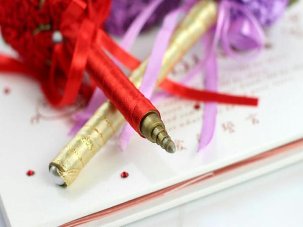 "Candy: ""婚宴賓客到場時,手上拿一支傳統的油性筆簽到,那就真的太不搭了! 在婚禮現場的簽名布旁,放的應該是這樣子充滿濃濃幸福味道的簽字筆,不但可以加強幸福感,也可以當送給來賓的小禮物。墨水顏色為金色,每支約可簽100~200左右,筆頂繡球直徑約6公分,筆長約18公分。  單支價格80元,滿30支另有優惠。"" on DIITU Communities ""Candy精選婚禮小物"". From https://communities.diitu.com/post/%E5%A9%9A%E5%AE%B4%E7%B0%BD%E5%AD%97%E7%AD%86-146597718644491"