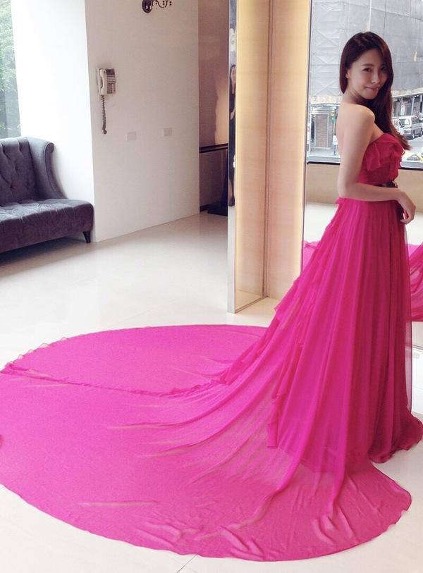 """蘿亞婚紗 最多新人推薦的台北婚紗攝影品牌: """"覺得這件可以選擇在文定穿唷! 使用荷葉立體剪裁,營造出超夢幻飄逸的設計 桃紅顏色帶點甜美的感覺,不喜歡紅色太過莊重的女孩兒,就可以選擇這樣的樣式  肚子的部位還有設計師特別設計的小心機 有那個小心機,讓整體看起來不會這麼沉重,多了一點微露的性感。 肩帶當然也不是只有單單一條線,上面都還是有一小 ..."""" on DIITU Communities """"蘿亞婚紗 禮服職人體驗"""". From https://communities.diitu.com/post/%E5%94%AF%E7%BE%8E%E5%A5%B3%E7%A5%9E%E9%A2%A8%EF%BC%81%E5%96%AE%E8%82%A9%E8%8D%B7%E8%91%89%E9%A3%84%E9%80%B8%E6%A1%83%E7%B4%85%E5%A9%9A%E7%B4%97-146894430460110"""