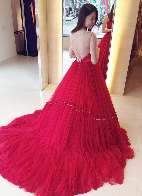 """蘿亞婚紗 最多新人推薦的台北婚紗攝影品牌: """"不是只有又大又長的裙襬才能堪稱氣勢唷!! 這件紅色婚紗竟氣勢又華麗,也絕對是可以驚呼全場的款式 裸透紗的設計,還能展現一種微微的性感 讓人驚呼~美炸了~  很多女生不太喜歡身上空空的感覺,那一定要穿看看這件 透紗的面料,讓我覺得有穿衣服的安全感 ((誰都會害怕穿幫吧!!XD 尤其是婚宴當天~~~"""" on DIITU Communities """"蘿亞婚紗 禮服職人體驗"""". From https://communities.diitu.com/post/%E5%87%A1%E7%88%BE%E8%B3%BD%E5%AE%AE%E5%BB%B7%EF%BC%81%E8%A3%B8%E7%B4%97%E5%A4%A7%E8%93%AC%E8%A3%99%E7%B4%85%E5%A9%9A%E7%B4%97-146894485680723"""