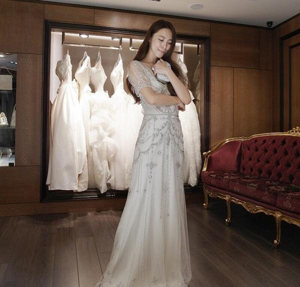 """蘿亞婚紗 最多新人推薦的台北婚紗攝影品牌: """"這件很有貴族的風格 經典唯美的獨特,有種高雅精緻的美感 這件行走的時候很好看唷~身上的水晶寶石會閃來閃去 而且搭配手拿包,更是絕配啦!!!! 讓我一直想穿著這件走來走去~~~~哈  展現出20-30年代的性感奢華品味 不過要記得穿上這件,走路及說話記得優雅一點唷^^"""" 才不會破壞整體的形象拉~ ..."""" on DIITU Communities """"蘿亞婚紗 禮服職人體驗"""". From https://communities.diitu.com/post/%E5%BE%A9%E5%8F%A4%E5%A5%A2%E8%8F%AF%EF%BC%81%E6%B3%95%E5%9C%8B%E9%80%B2%E5%8F%A3%E6%B0%B4%E6%99%B6%E5%AF%B6%E7%9F%B3%E6%99%9A%E5%AE%B4%E7%99%BD%E7%B4%97-146899593729838"""