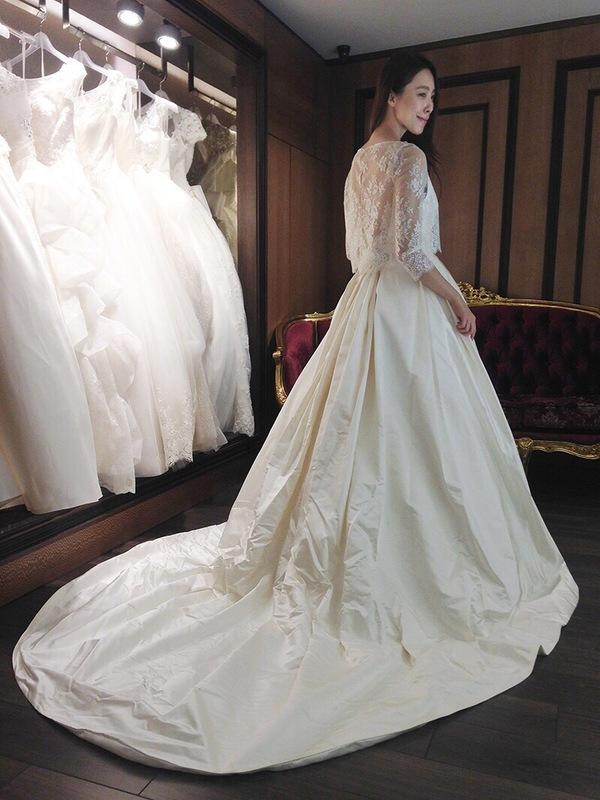 """蘿亞婚紗 最多新人推薦的台北婚紗攝影品牌: """"這件有口袋唷~ 想要有一種優雅的帥氣感!!!非這件莫屬啦!!! 大家都覺得我穿起來優雅的像小公主一樣在皇宮裡行走著~XDDDD  內層是真絲緞細肩帶深V領型的設計>/////< ..."""" on DIITU Communities """"蘿亞婚紗 禮服職人體驗"""". From https://communities.diitu.com/post/%E5%8F%A3%E8%A2%8B%E8%A8%AD%E8%A8%88%EF%BC%81%E8%95%BE%E7%B5%B2%E7%BD%A9%E7%B4%97%E7%B7%9E%E5%B8%83%E6%B3%95%E5%9C%8B%E9%80%B2%E5%8F%A3%E7%99%BD%E7%B4%97-146903602135630"""
