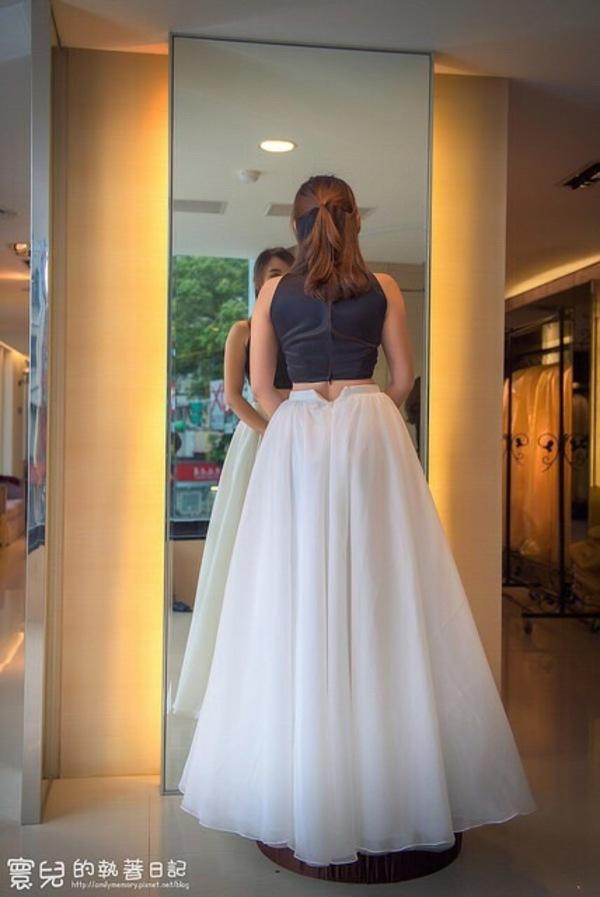 """蘿亞婚紗 最多新人推薦的台北婚紗攝影品牌: """"這款其實是拍照服,但是因為在跟禮服秘書聊天時,一直詢問有沒有這種款式的,他就說讓我試試看,看我是不是要這種風格這樣, 簡單的黑白款,緞面材質,讓我很心動的一直詢問宴客可以選嗎XD 不過要選這個的話.....我大概要先讓我的肚子肉不見,不然敬酒或送客時,大概我會憋氣憋到昏倒這樣....."""" on DIITU Communities """"蘿亞婚紗 禮服職人體驗"""". From https://communities.diitu.com/post/%E6%AD%90%E7%BE%8E%E5%85%A9%E4%BB%B6%E5%BC%8F%E6%99%82%E5%B0%9A%E7%A6%AE%E6%9C%8D-146903857912074"""