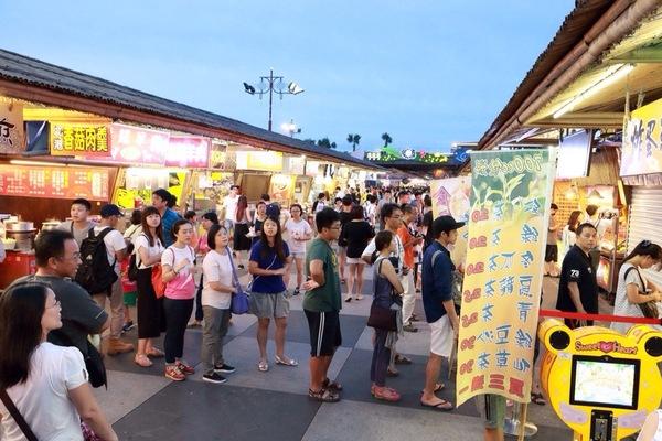 """Jeremy Wu: """"結合之前的「自強夜市」及「南濱夜市」,東大門應該已經是花蓮最大的夜市(搞不好全台灣排起來也在前幾名)。共400+個攤位夠你逛到累、吃到撐! 其中的「妙不可言果汁」擺滿了新鮮水果,讓你看了就覺得新鮮!不過可是要付出代價-排隊... 它旁邊的「臭薯條」也是大排長龍,因為太多人了,沒耐心排!不知道是 ..."""" on DIITU Communities """"台灣夜市/老街美食"""". From https://communities.diitu.com/post/%E8%8A%B1%E8%93%AE+%E6%9D%B1%E5%A4%A7%E9%96%80%E5%A4%9C%E5%B8%82-147248262932880"""